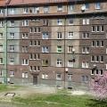Podwórze z widokiem na budynki przy ul. Fałata